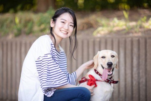 散歩と明るい笑顔と犬